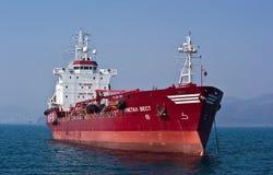 Petrolero Crystal West anclado en los caminos Bahía de Nakhodka Mar del este (de Japón) 19 04 2014 Fotografía de archivo libre de regalías
