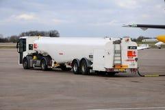 Petrolero de gasolina de reaprovisionamiento de combustible. Fotos de archivo libres de regalías