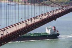 Petrolero debajo del puente de puerta de oro foto de archivo