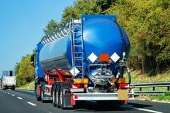 Petrolero del camión en el camino en Italia fotografía de archivo libre de regalías