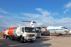 Petrolero del campo de aviación con el tanque-remolque Imagenes de archivo