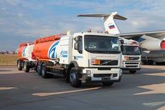 Petrolero del campo de aviación con el tanque-remolque Imágenes de archivo libres de regalías