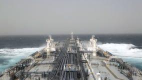 Petrolero del petróleo crudo en curso en el mar agitado metrajes