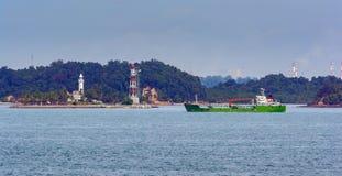 Petrolero del producto derivado del petróleo en el estrecho de Singapur foto de archivo libre de regalías
