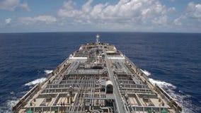 Petrolero del producto derivado del petróleo que cuece al vapor en el océano - el tiempo traslapa metrajes