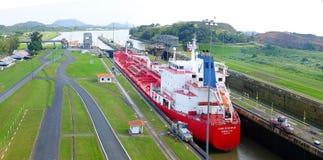 Petrolero durante el paso en el Canal de Panamá Fotos de archivo