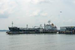 Petrolero en el embarcadero fotografía de archivo