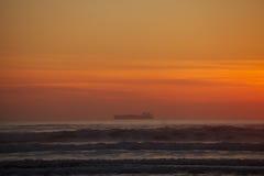 Petrolero en el mar con puesta del sol Imagen de archivo libre de regalías