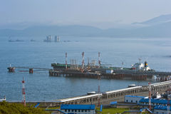 Petrolero en el sistema de tubería del este de Océano Pacífico de Siberia de la estación de petróleo Bahía de Nakhodka Mar del es Foto de archivo libre de regalías