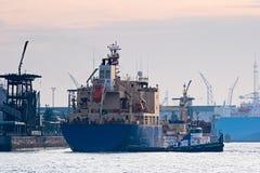 Petrolero en puerto con el tirón Imagen de archivo libre de regalías
