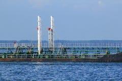Petrolero grande en el medio del mar imagenes de archivo