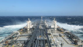 Petrolero que cuece al vapor a través del océano tempestuoso almacen de video
