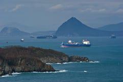 Petrolero que se mueve a través de la bahía más allá del promontorio Bahía de Nakhodka Mar del este (de Japón) 05 05 2014 Foto de archivo
