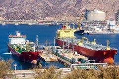 Petroleros grandes que descargan el petróleo crudo fotos de archivo
