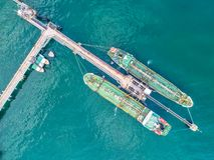 Petroliera, autocisterna del gas nell'alto mare Carico s di industria della raffineria fotografia stock