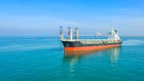 Petroliera, autocisterna del gas nell'alto mare Nave da carico di industria della raffineria, vista aerea, Tailandia, nelle impor fotografia stock
