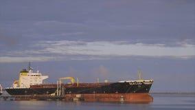 Petroliera di Seacod messa in bacino al porto di Conacry, Guinea archivi video