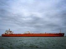 Petroliera intestata fuori al mare fotografie stock