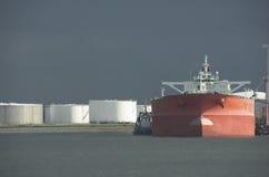 Petroliera in porto Immagini Stock