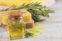 Petrolio cosmetico naturale e sapone fatto a mano naturale con i rosmarini sopra Fotografia Stock Libera da Diritti