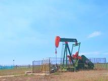 Petrolio di industrie petrolifere del Brunei sulla pompa della terra della riva fotografia stock libera da diritti