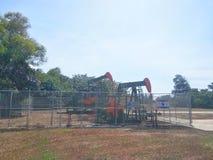 Petrolio di industrie petrolifere del Brunei sulla pompa della terra della riva immagini stock libere da diritti