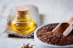Petrolio di Llinseed e seme di lino fotografia stock