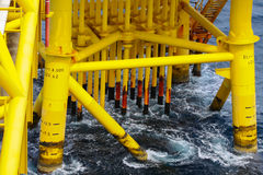 Petrolio e gas producendo le scanalature alla piattaforma offshore Immagine Stock