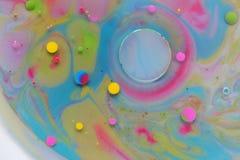 Petrolio ed acqua sopra i colori Immagini Stock