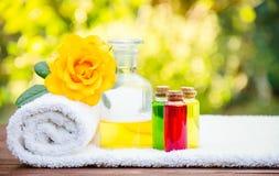 Petrolio essenziale e un asciugamano bianco molle Concetto della stazione termale Aromaterapia e massaggio fotografie stock libere da diritti