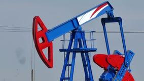 Petrolio greggio di pompaggio stock footage