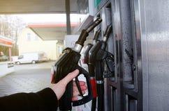 Petroll de relleno en la estación fotos de archivo