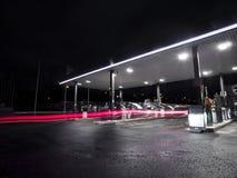 Petrolstation bij nacht Stock Afbeeldingen