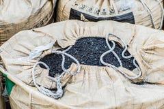 Petrolysis påsar av kol, når att ha bearbetat av rubber gummihjul Industriellt foto n Arkivbild