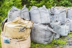 Petrolysis påsar av kol, når att ha bearbetat av rubber gummihjul Industriellt foto n Royaltyfria Foton