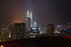 Petronas возвышается город панорамы Куалаа-Лумпур Малайзии от вертодрома Стоковое Изображение