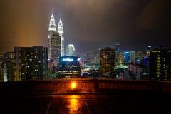 Petronas возвышается город панорамы Куалаа-Лумпур Малайзии от вертодрома Стоковое Фото