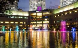 Petronas bliźniacze wieże błyszczą przy nocą z fontanny przedstawieniem w Kuala Lumpur centrum miasta Obrazy Royalty Free