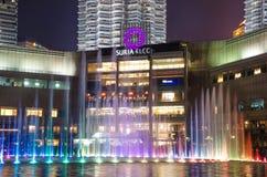 Petronas bliźniacze wieże błyszczą przy nocą z fontanny przedstawieniem w Kuala Lumpur centrum miasta KLCC Obraz Royalty Free