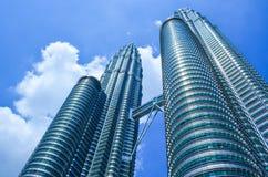 Petronas bliźniacze wieże na słonecznym dniu Fotografia Stock