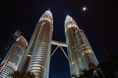 Petronas bliźniacze wieże przy nocą w KLCC Kuala Lumpur, Malezja, - Zdjęcia Stock