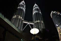 Petronas bliźniacze wieże przy nocą, wysokie bliźniacze wieże w świacie przy Kuala Lumpur Malezja obrazy royalty free