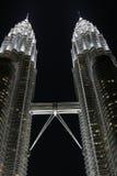Petronas brengt Torens samen 's nachts, KL, Maleisië Stock Foto