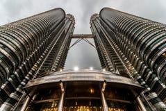 Petronas eleva-se opinião da noite Fotos de Stock