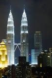 Petronas KLCC tvillingbröder på natten Fotografering för Bildbyråer