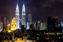 Petronas KLCC tvillingbröder på natten Arkivbild