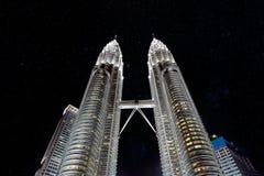 Petronas-Kontrolltürme nachts mit Sternen stockbilder
