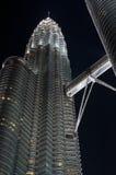 Petronas par Night avec la passerelle Photographie stock