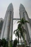 Petronas ragt in Kuala Lumpur mit Palmen im Vordergrund hoch Stockfotografie