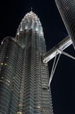 Petronas 's nachts met Brug Stock Fotografie